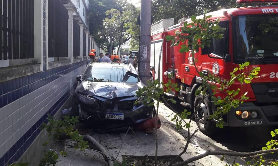 O carro da médica, em cima da calçada Foto: Domingos Peixoto / Agência O Globo