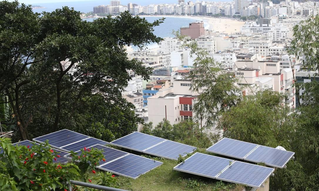 Placas solares no Leme, Zona Sul do Rio Foto: Pedro Teixeira / Agência O Globo