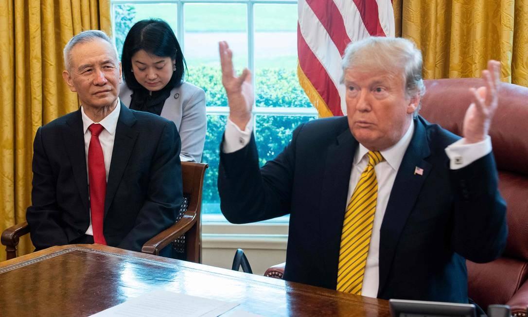 Nesta foto de 4 de abril de 2019, o presidente dos EUA, Donald Trump (direita), fala durante uma reunião comercial com o vice-premier chinês Liu He (esquerda), no Salão Oval da Casa Branca, em Washington Foto: JIM WATSON / AFP