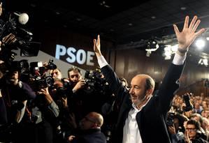 Alfredo Pérez Rublacaba celebra eleição para líder do PSOE, em Sevilla, em 2012 Foto: CRISTINA QUICLER 04-02-2012 / AFP