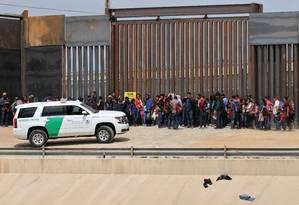 Imigrantes centro-americanos são detidos pelas forças americanas na fronteira com o México, em Ciudad Juarez Foto: HERIKA MARTINEZ 07-05-2019 / AFP