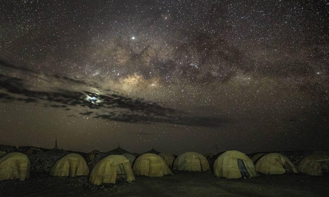 O céu estrelado ilumina as tendas em um acampamento perto do Lago Abbé, já em Djibouti, destino final do trem Foto: MARCUS WESTBERG / NYT