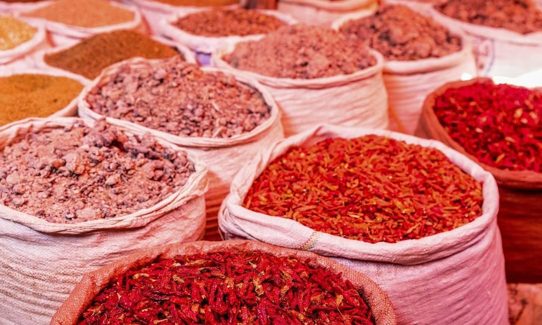 Sacos com produtos como pimentas no mercado de especiarias em Harar Jugol, Etiópia Foto: MARCUS WESTBERG / NYT