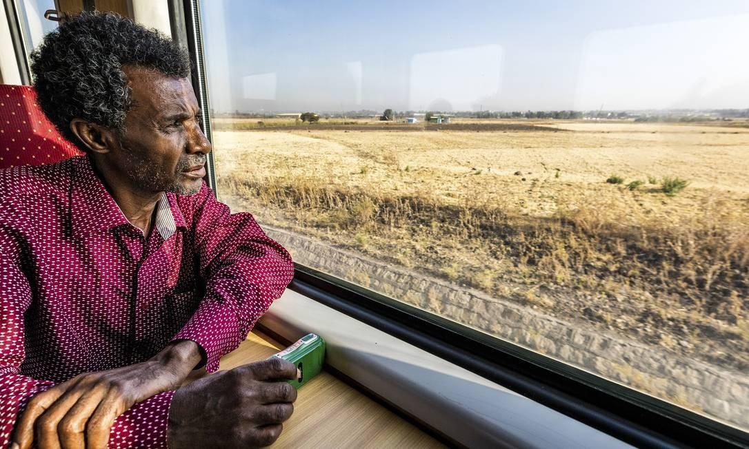 Passageiro observa a vista do trem, que sai de Adis Abeba e chega ao pequeno país vizinho de Djibuti Foto: MARCUS WESTBERG / NYT