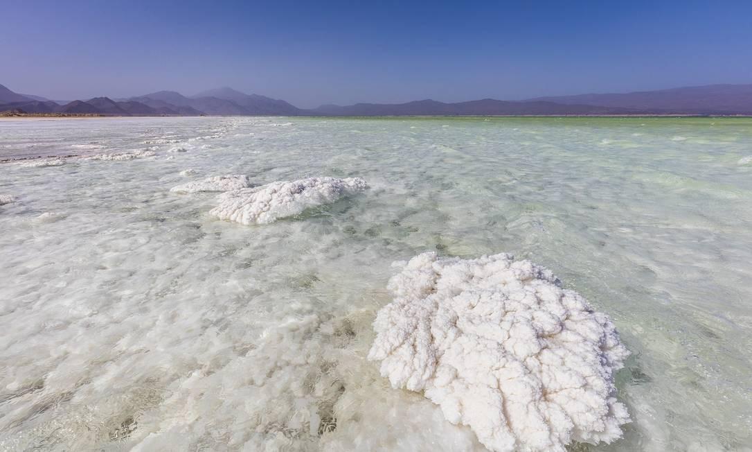 Lago Assal, que tem o maior repositório de sal do mundo Foto: MARCUS WESTBERG / NYT