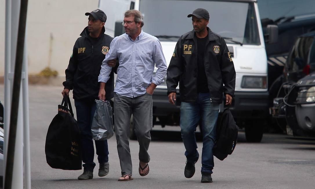 Na foto, Eduardo Plass chega de chinelo à sede da PF no Rio no último dia 3 de agosto de 2018 Foto: Fabiano Rocha / O Globo