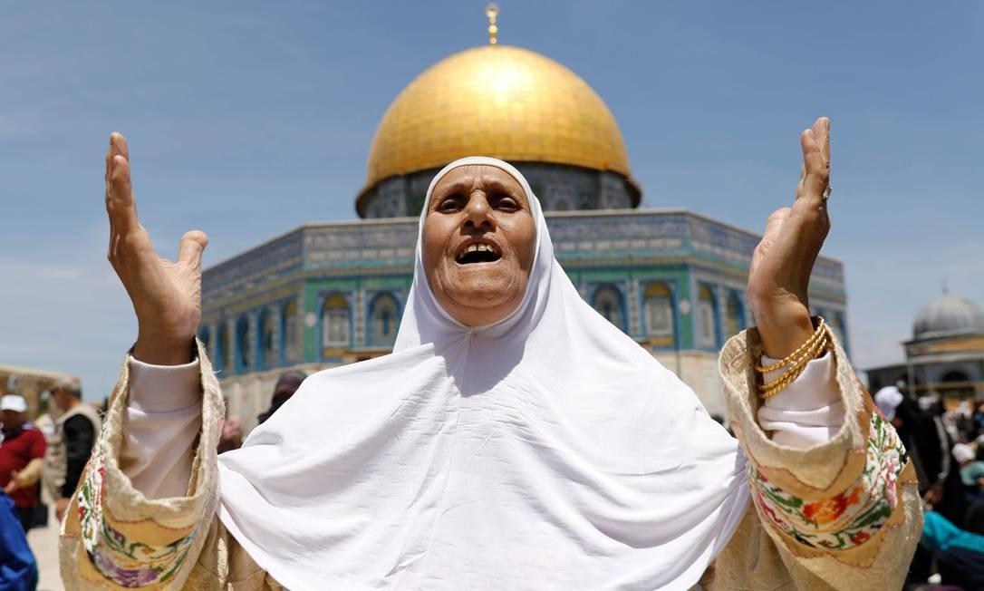 Palestinos islâmicos rezam na mesquita al-Aqsa, em Jerusalém. O dia 10 de maio é o primeiro no calendário do mês sagrado do Ramadã, marcado pelo jejum. Foto: Ahmad Gharabli / AFP