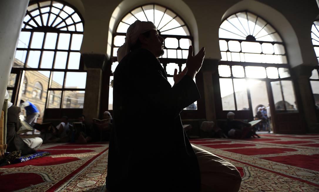 Um homem reza na grande Mesquita da cidade antiga de Saana, capital do Iêmen. O dia 9 de maio marca o início do Ramadã Foto: MOHAMMED HUWAIS / AFP