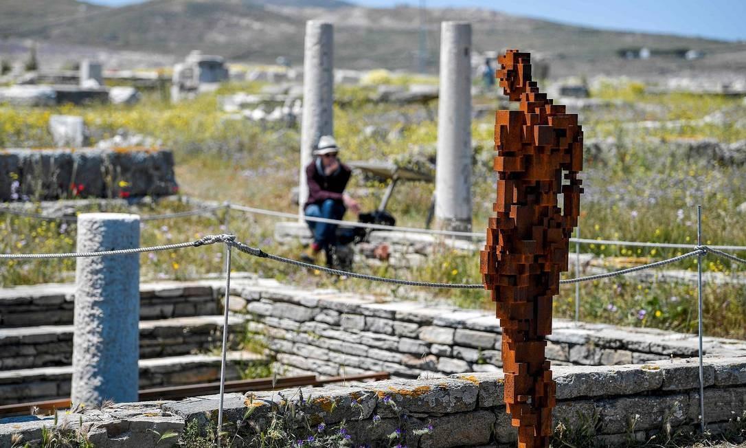 """O arquipélago, que fica perto da turística Mykonos, é conhecido por sua riqueza arqueológica, o que lhe valeu o título da Unesco. Esta é a primeira vez que o local recebe uma exibição de arte contemporânea. Na foto, a obra """"Water"""" Foto: LOUISA GOULIAMAKI / AFP"""