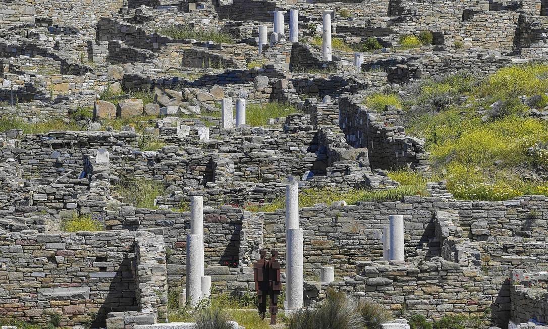 """As esculturas estão instaladas em meio a belezas naturais e ruínas da região, que não tem habitantes há cinco mil anos. Na foto, as estátuas que formam a obra """"Connect"""" Foto: LOUISA GOULIAMAKI / AFP"""