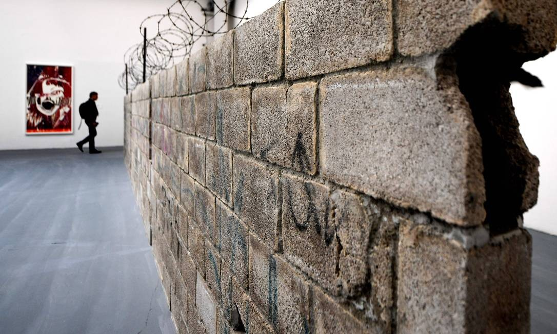 'Muro Ciudad Juarez, 2010', da artista mexicana Teresa Margolles, é mais uma obra a abordar o tema da imigração na mostra Foto: TIZIANA FABI / AFP