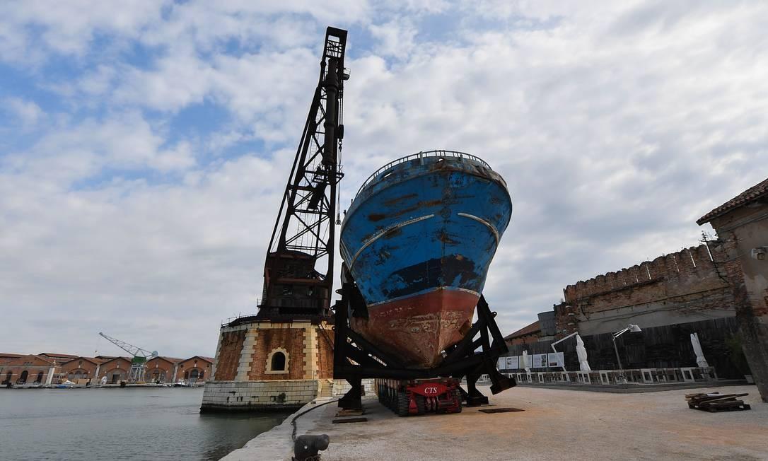 'Barca nostra', do suíço Cristoph Buchel, foi criado a partir dos destroços de um navio que naufragou no Mediterrâneo, matando 800 imigrantes Foto: TIZIANA FABI / AFP