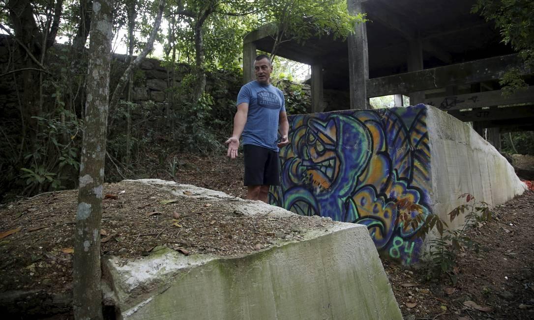 Inviável: o atleta Leonardo Dias diante de uma rampa de concreto: erros técnicos, diz ele, põem praticantes em risco Foto: Fábio Guimarães / Agência O Globo