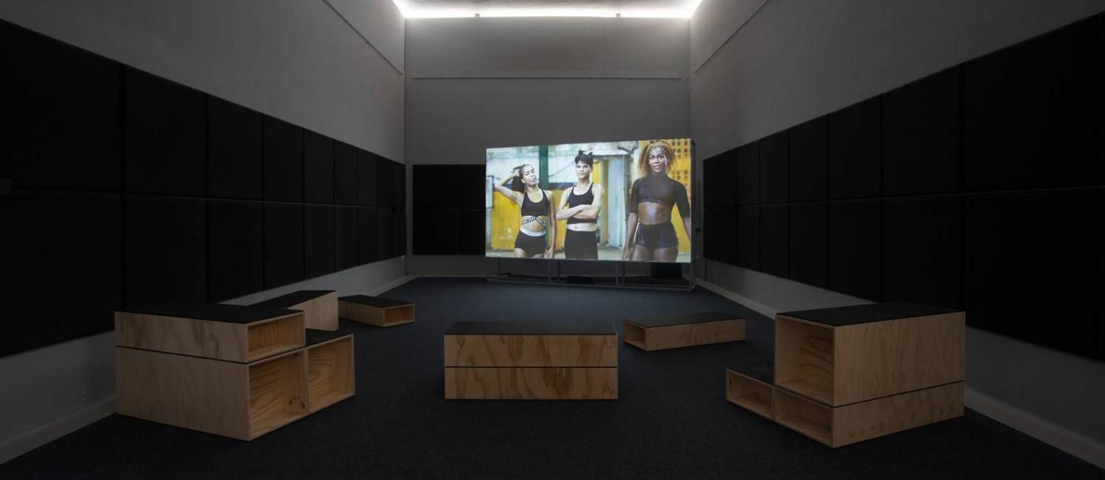 A instalação em vídeo 'Swinguerra', de Bárbara Wagner e Benjamin de Burca, no pavilhão brasileiro Foto: Riccardo Tosetto / Riccardo Tosetto/Divulgação