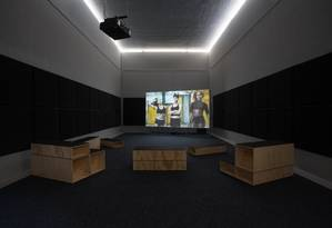 A instalação em vídeo 'Swinguerra', de Bárbara Wagner e Benjamin de Burca, no pavilhão brasileiro Foto: Riccardo Tosetto/Divulgação