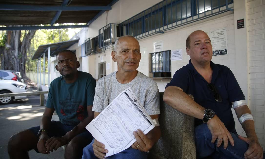 Os pacientes Barroso (à esquerda), Reinaldo Sodré e Latgé diante da farmácia da policlínica do Centro Foto: Fábio Guimarães / Fábio Guimarães