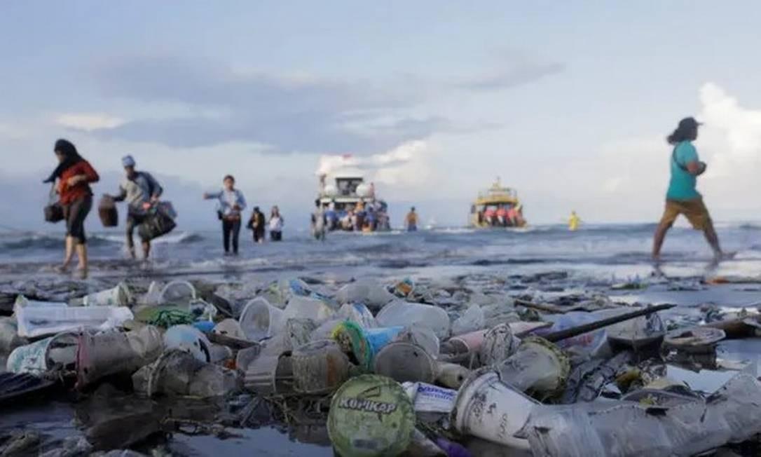 Lixo se espalha por praia de Bali, na Indonésia Foto: Johannes Christo/Reuters