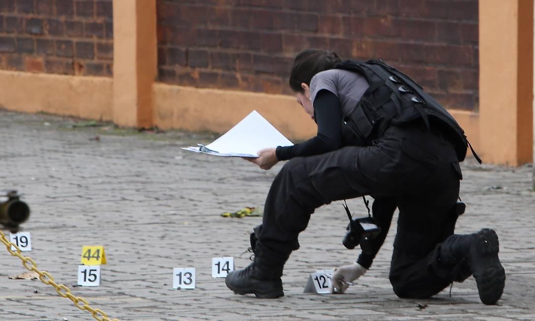 Policiais da DH em trabalho de perícia no Rio: elucidação de crimes ficará mais difícil com decreto de armas Foto: Guilherme Pinto / Agência O Globo