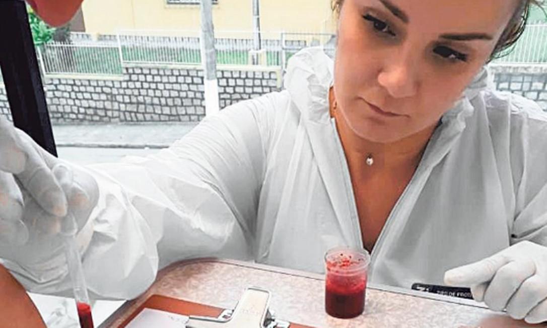 A perita Carolina Linhares: mesmo antes de concluir o curso, mas já fazendo pesquisas, ela ajudou a esclarecer um crime em 2016, a partir da análise de manchas de sangue Foto: Divulgação