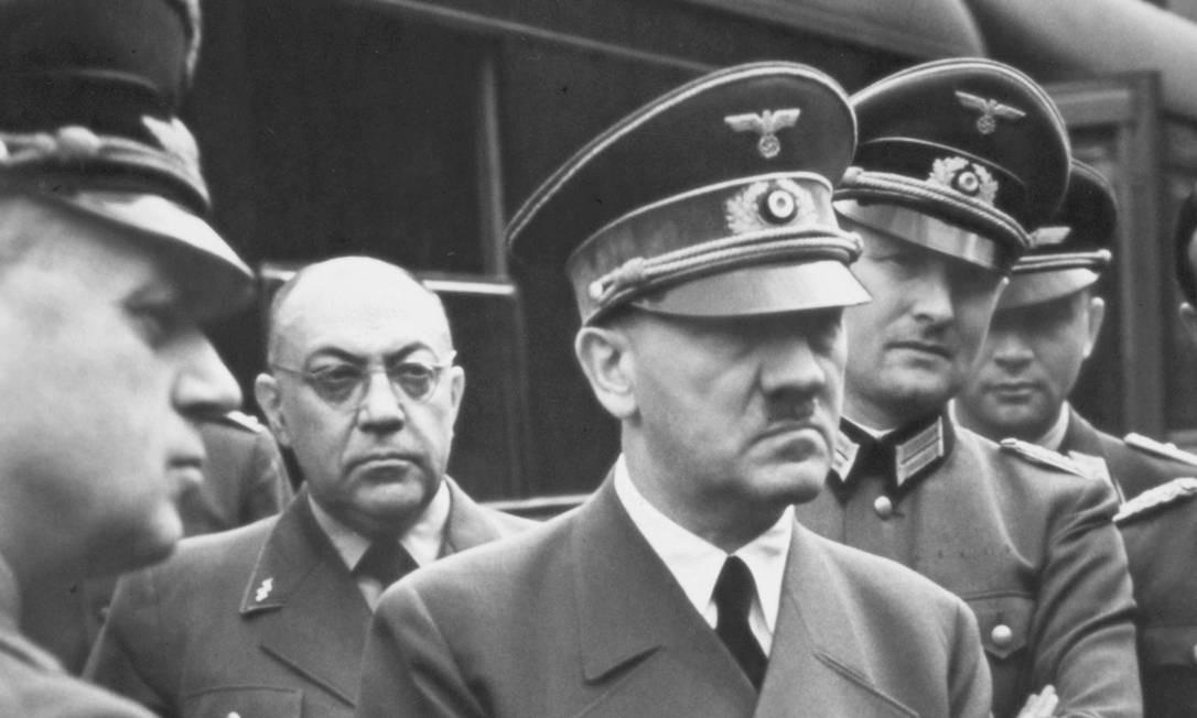 Hitler e membros do Partido Nazista: cadáveres estudados eram de cobaias que foram torturadas Foto: Reproduçãp