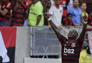 Lincoln vibra com o seu gol, o segundo da vitória do Flamengo sobre a Chape: ele também sofreu o pênalti que originou o primeiro Foto: MARCELO THEOBALD / Agência O Globo