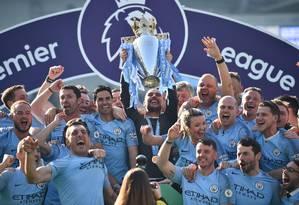 Elenco do Manchester City comemora título, obtido com apenas um ponto de vantagem sobre o Liverpool, segundo colocado Foto: GLYN KIRK / AFP
