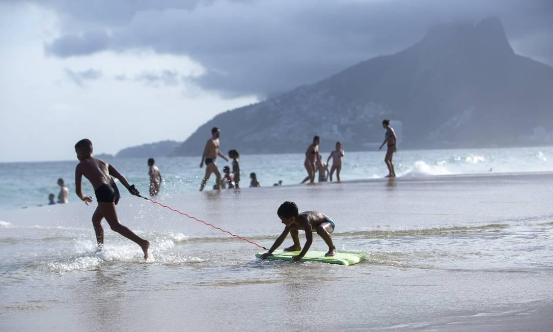 Crianças brincam em dia de sol na Praia de Ipanema Foto: Bruno Kaiuca / Agência O Globo