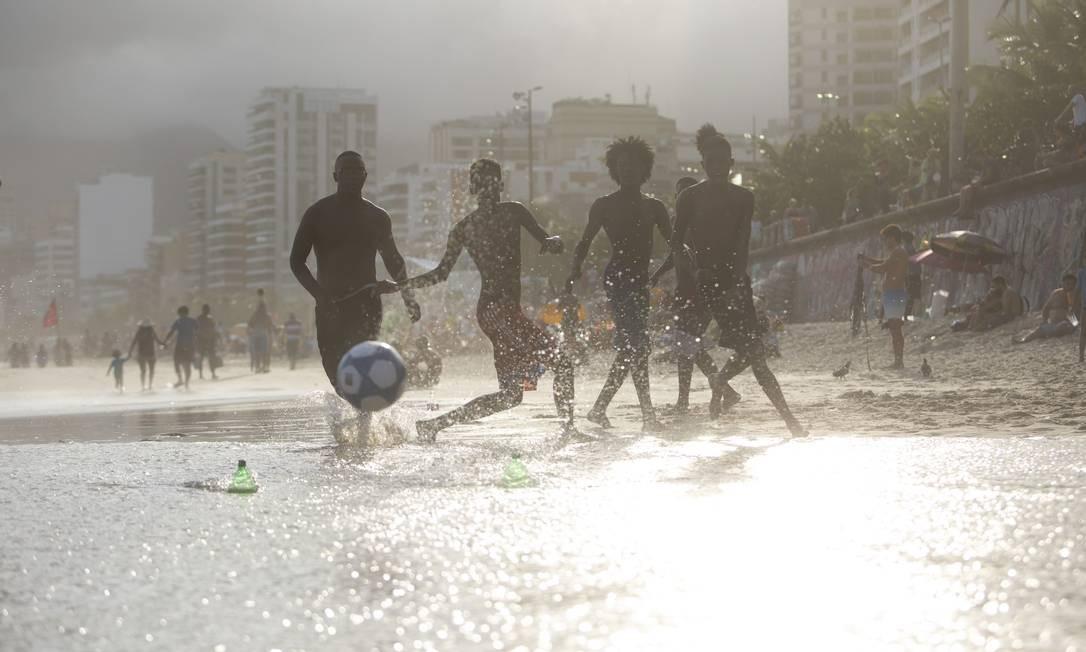 Meninos jogam futebol na Praia de Ipanema Foto: Bruno Kaiuca / Agência O Globo
