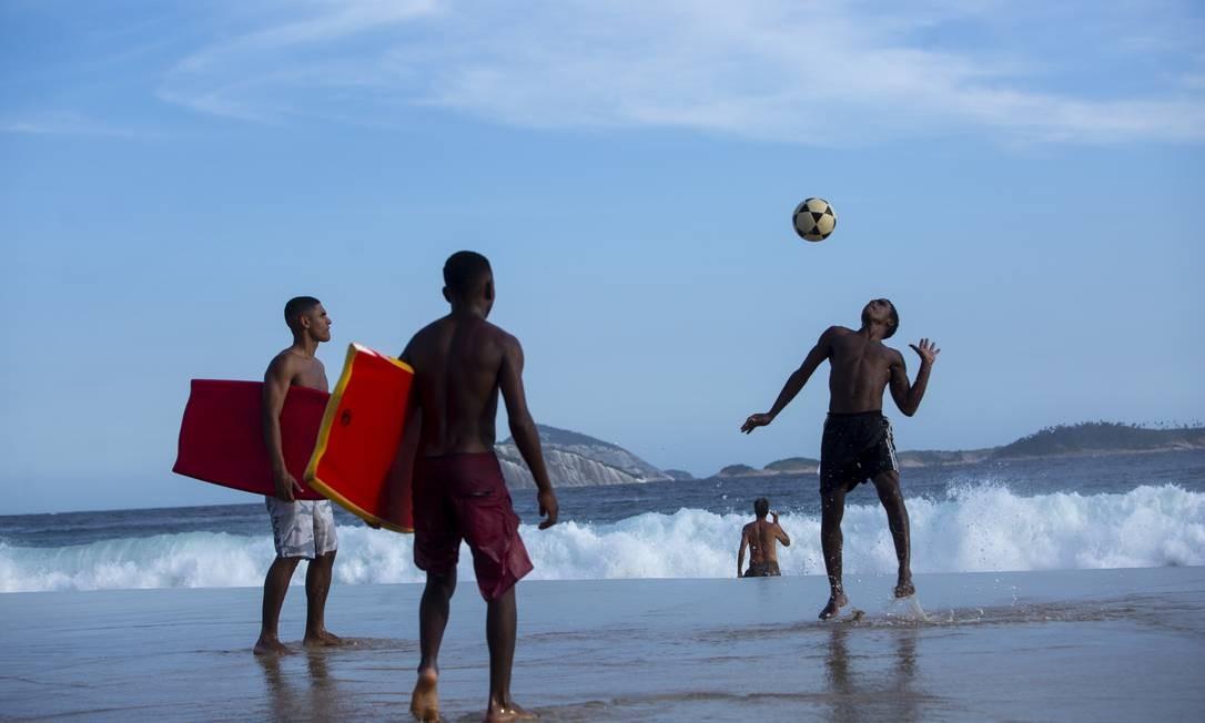 Bola no céu: adolescentes jogam altinho nas areias de Ipanema Foto: Bruno Kaiuca / Agência O Globo