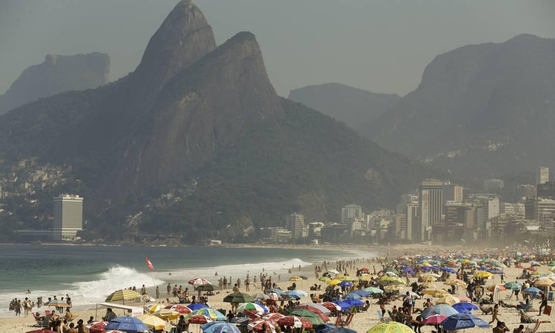 Praia do Leblon: banhistas aproveitam dia de sol e calor Foto: Gabriel de Paiva / Agência O Globo