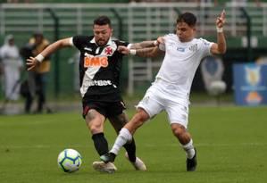 O atacante Rossi, do Vasco, tem fugir da marcação do defensor do Santos Foto: Carlos Gregório / Vasco