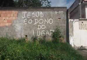 Aviso deixado por bandidos perto de terreiro em Nova Iguaçu reforça intolerância religiosa Foto: Reprodução