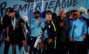 Sergio Aguero segura o troféu do título inglês do City Foto: PHIL NOBLE / REUTERS