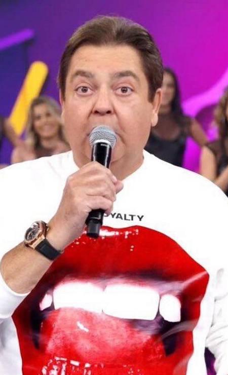 """A conta """"Faustão Fashion"""", no Twitter, destricha os looks que Fausto Silva usa no """"Domingão"""". Aqui, o apresentador usa camiseta Vivienne Westwood Foto: Reprodução/ TV Globo"""