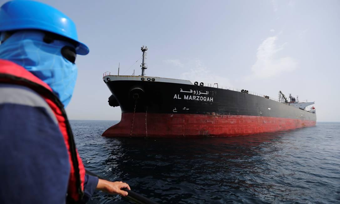 Petroleiro saudita Al Marzoqah no porto de Al Fujairah, nos Emirados Árabes Unidos, após denúncia de ataque Foto: SATISH KUMAR / REUTERS