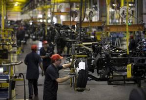 Fábrica de caminhões da MAN em Resende. Crescimento lento da economia afeta expectativas dos investidores Foto: Márcia Foletto / Agência O Globo