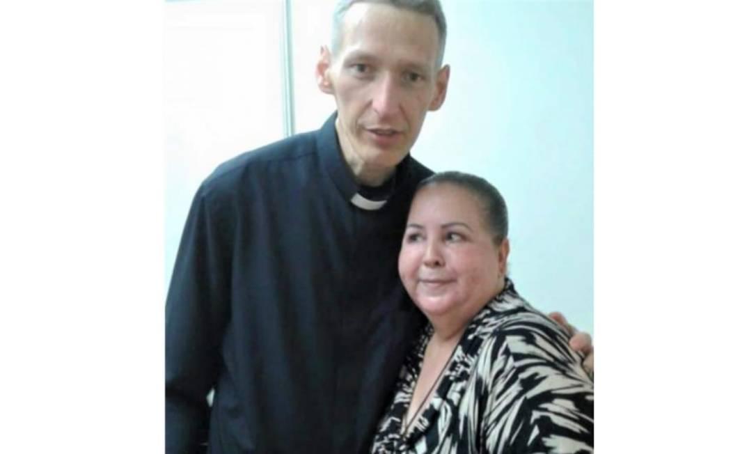 """Padre Marcelo Rossi e Izaura Garcia, presa por acusá-lo falsamente de plágio no livro """"Ágape"""" Foto: Reprodução"""