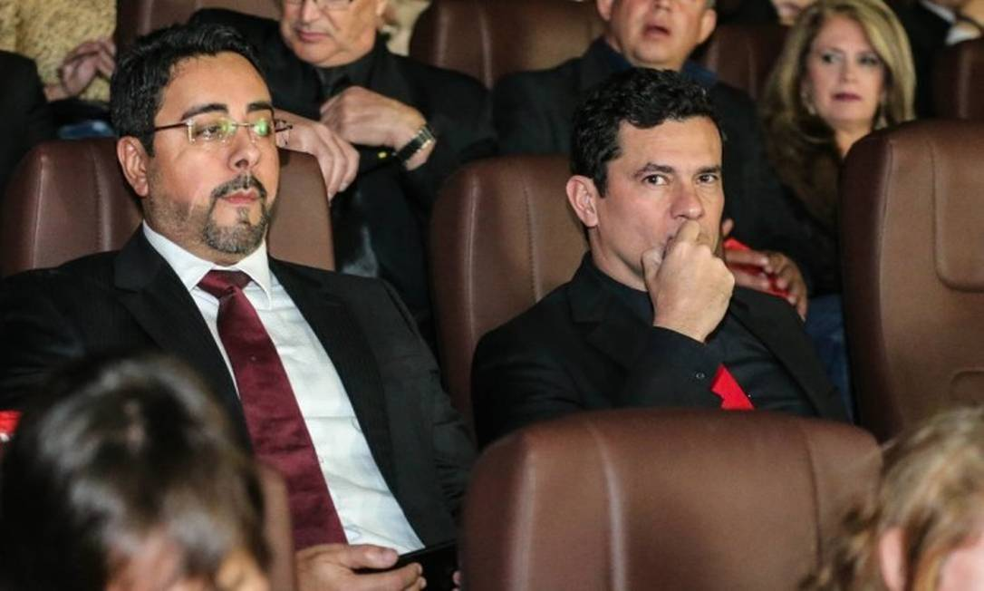 Com o juiz da Lava-Jato do Rio, Marcelo Bretas, Moro assista à pré-estreia do filme sobre a Lava-Jato Foto: Geraldo Bubniak / Agência O Globo