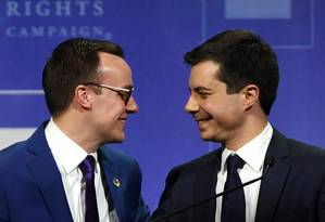 O pré-candidato democrata à Presidência dos EUA, Pete Buttigieg (à direita) e o marido Chasten Glezman Buttigieg (à esquerda) no palco de evento de gala pelos direitos humanos em Las Vegas no último sábado: imagem de um momento cultural no país Foto: Ethan Miller/AFP/11-05-2019
