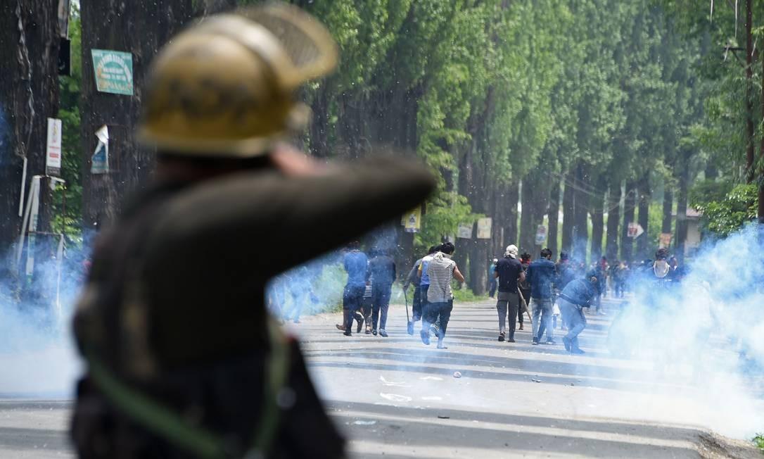 A polícia indiana abre fogo contra os manifestantes da Caxemira em Mirgund Pattan, nos arredores de Srinagar. Manifestantes pediam justiça no caso do suposto estupro de uma menina de 3 anos. Foto: TAUSEEF MUSTAFA / AFP