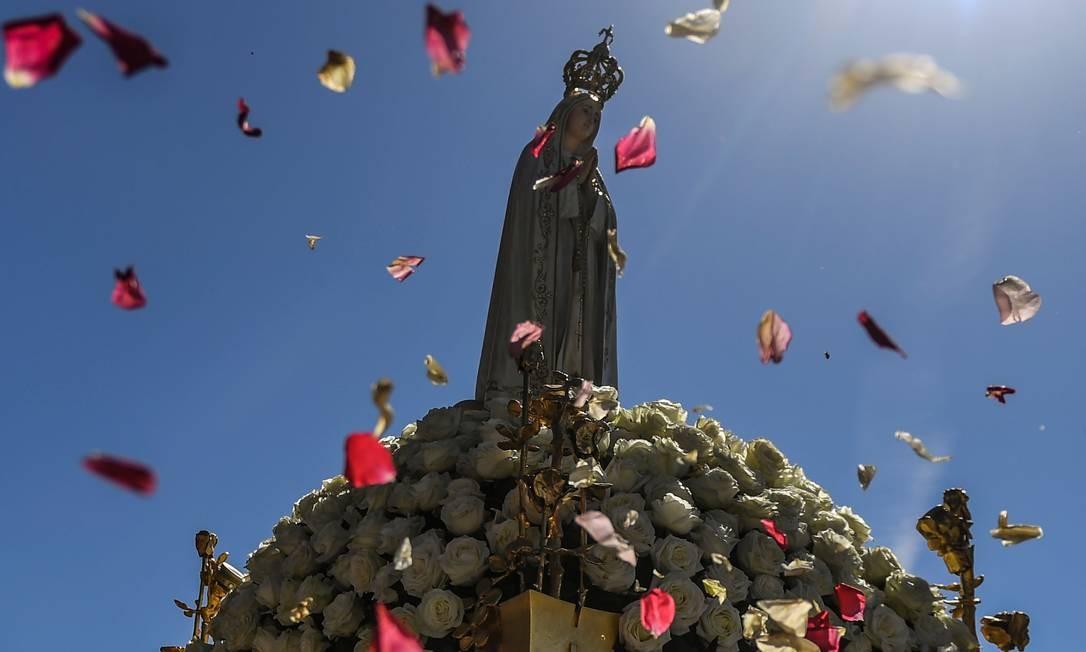 Milhares de peregrinos foram ao Santuário de Fátima para celebrar o aniversário do milagre de Fátima, quando três pastores afirmaram ter visto a Virgem Maria, em maio de 1917. Foto: PATRICIA DE MELO MOREIRA / AFP