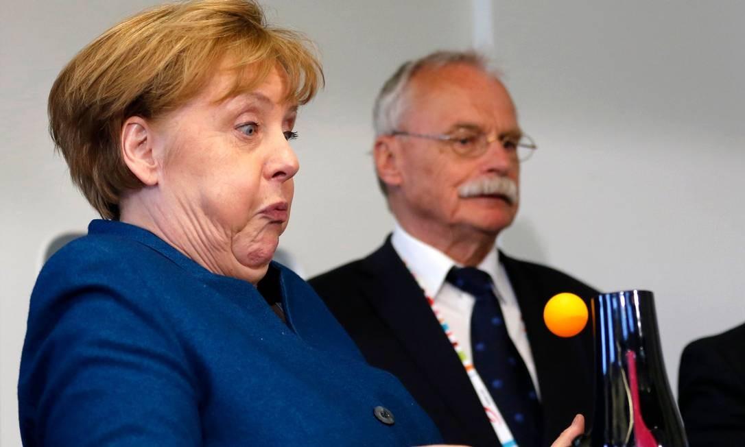 A chanceler alemã Angela Merkel participa de um experimento durante sua visita à Universidade Júnior, em Wuppertal, no oeste da Alemanha. Foto: LEON KUEGELER / AFP