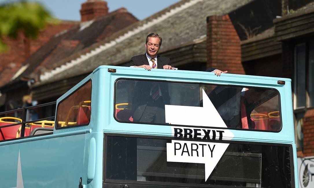 O líder do partido Brexit, Nigel Farage, anda de ônibus durante uma visita a Pontefract, noroeste da Inglaterra, no contexto das eleições para o Parlamento Europeu em 23 de maio. O recém-formado Partido Brexit, que quer uma ruptura da UE, dobrou sua vantagem sobre outros partidos britânicos em uma pesquisa de opinião realizada no domingo sobre essas eleições. Apesar de ter feito um referendo para deixar a União Europeia em 2016, a Grã-Bretanha está preparada para participar da eleição para o Parlamento Europeu. Foto: OLI SCARFF / AFP