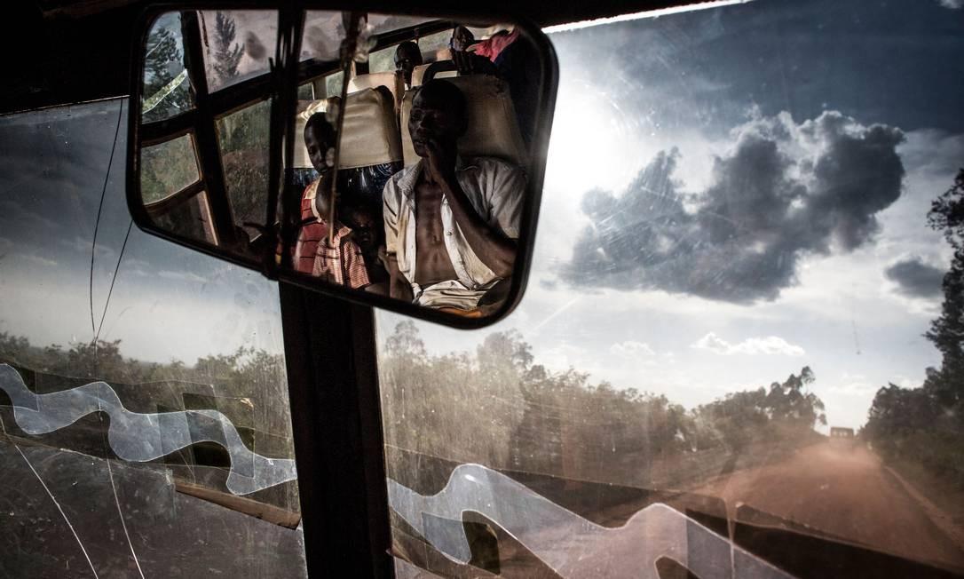 Refugiados sul-sudaneses transportados de ônibus da fronteira do Sudão do Sul para um local de assentamento de refugiados na República Democrática do Congo (RDC) são vistos no retrovisor do ônibus em 10 de maio, em Biringi. Um aumento recente na luta entre forças do governo do Sudão do Sul e grupos rebeldes ao longo da fronteira do país com a República Democrática do Congo (RDC) fez com que milhares de pessoas buscassem refúgio na RDC desde o início do ano. Foto: JOHN WESSELS / AFP