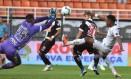 Sidão tenta tirar a bola em disputa com Rodrygo Foto: : Ivan Storti/Santos FC