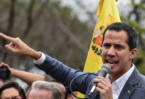 O líder opositor Juan Guaidó fala a manifestantes durante protesto em Caracas Foto: YURI CORTEZ / AFP