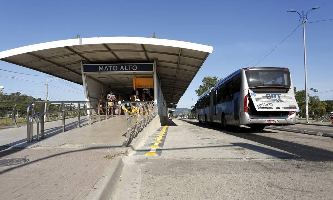 Ônibus do BRT passa pela estão Mato Alto com problemas mecânicos Foto: Thiago Freitas / Agência O Globo