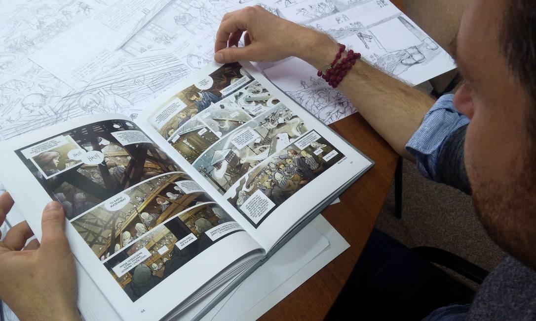 Pawel Piechnik segura a história em quadrinhos de sua autoria 'Chleb wolnosciowy' Foto: STRINGER / REUTERS