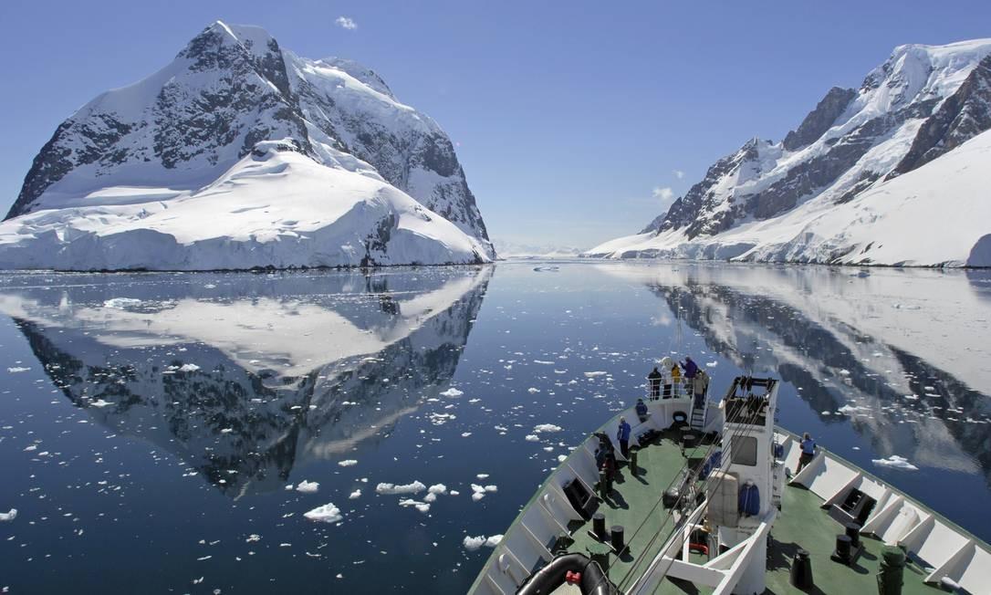 Navio de cruzeiro passa pelo Canal Lemaire, na Antártica Foto: oversnap / Getty Images / Divulgação