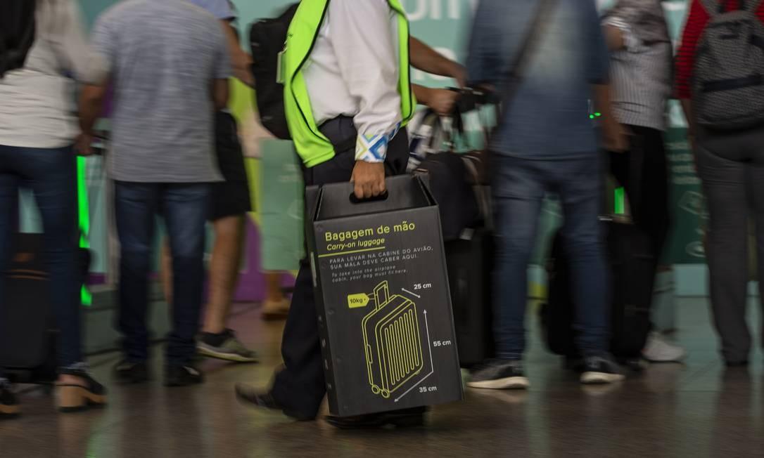 Primeiro dia de fiscalização e cobrança de bagagens de mão que não estejam dentro dos padrões de tamanho e peso no Aeroporto Internacional Tom Jobim Foto: Alexandre Cassiano / Agência O Globo